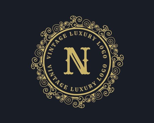 Litera n antyczne luksusowe wiktoriańskie kaligraficzne logo retro