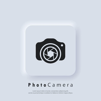 Logo aparatu fotograficznego. aparat z ikoną obiektywu. koncepcja fotografii. wektor. biały przycisk sieciowy interfejsu użytkownika neumorphic ui ux. neumorfizm