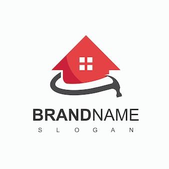 Logo budowy domu z symbolem domu i młotka