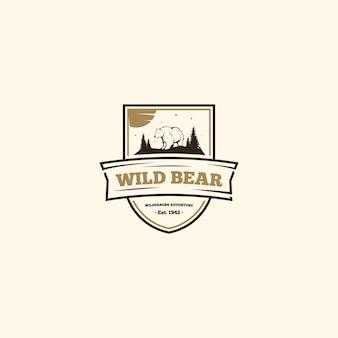 Logo dzikiego niedźwiedzia. logo obozu na świeżym powietrzu