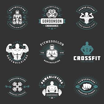 Logo fitness i odznaki projektują sprzęt sportowy i ludzie zestaw ilustracji wektorowych.