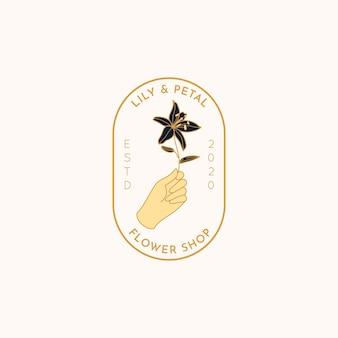 Logo flower shop w minimalistycznym, liniowym stylu. wektor godło z kobiecej ręki trzymającej kwiat lilii. kobieca odznaka do studia paznokci, salonu fryzjerskiego, spa