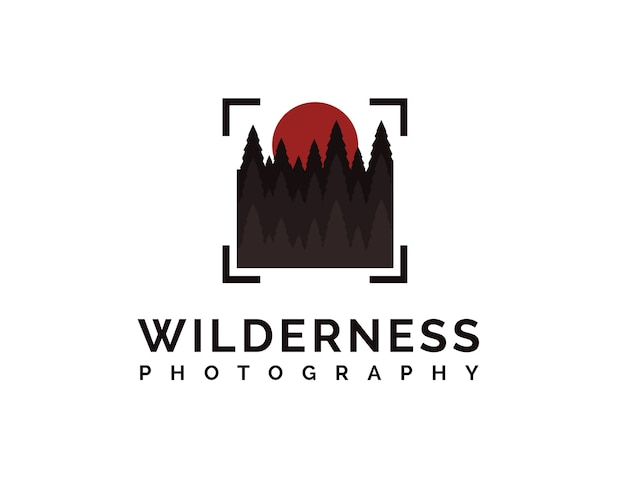 Logo fotografii dzikiej przyrody z lasem sosnowym, słońcem i abstrakcyjnym kwadratowym celem aparatu
