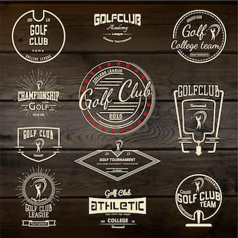 Logo i etykiety odznaki klubów golfowych. na drewnianej teksturze