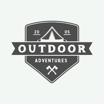 Logo kempingu na zewnątrz i przygody