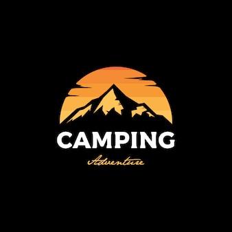 Logo kempingu o zachodzie słońca