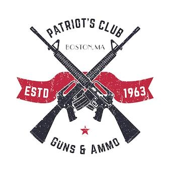 Logo klubu patriots vintage ze skrzyżowanymi pistoletami, vintage znak sklepu z karabinami szturmowymi, emblemat sklepu z bronią na białym tle
