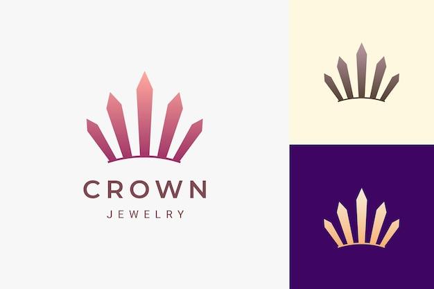 Logo korony lub biżuterii w luksusowym i prostym kształcie reprezentuje króla i królową