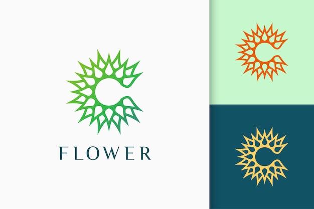 Logo kwiatu lub natury w inicjałach lub kształcie litery c do spa i jogi