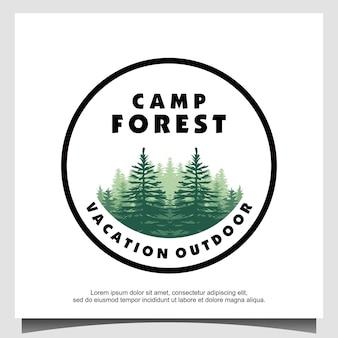 Logo lasu z wiecznie zielonymi sosnami