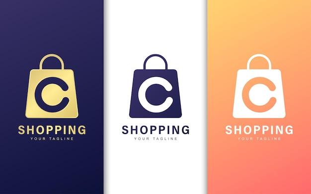 Logo litery c w torbie na zakupy. koncepcja logo nowoczesnego handlu