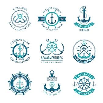 Logo morskie. godło morskie z kotwicami statków i kierownicami. rejs żeglarza monochromatyczne symbole na odznaki