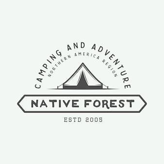 Logo na zewnątrz kempingu