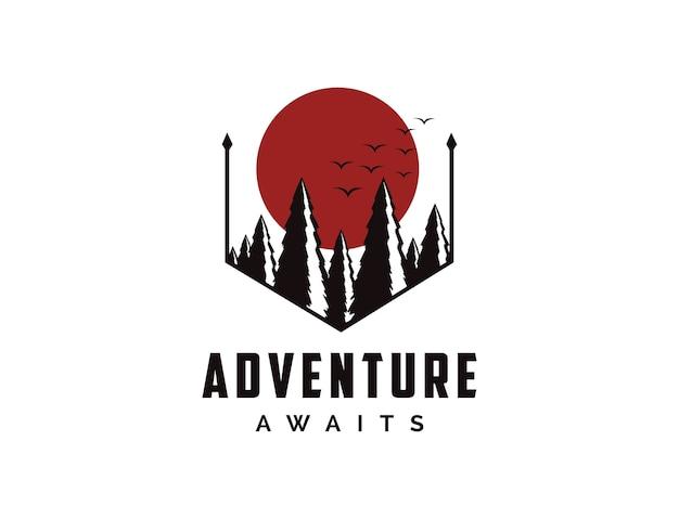 Logo odznaki podróżniczej przygody na świeżym powietrzu ze słońcem