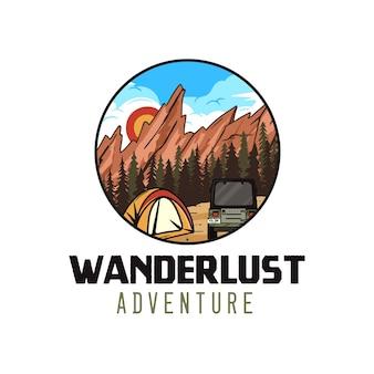 Logo przygody wanderlust, emblemat kempingowy retro z górami, namiotem i kamperem.