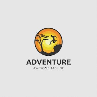 Logo przygody ze skaczącym mężczyzną wieczorem