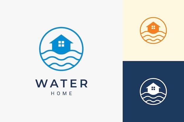 Logo rezydencji lub mieszkania na plaży z falą oceanu i okręgiem