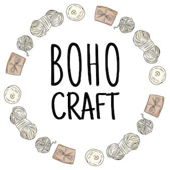 Logo rzemiosła boho. pakiety przędzy bawełnianej i brązowych pudełek doodles w kompozycji wieńca. ręcznie wykonane logo. ręcznie rysowane kreskówka yandicraft czas obrazu