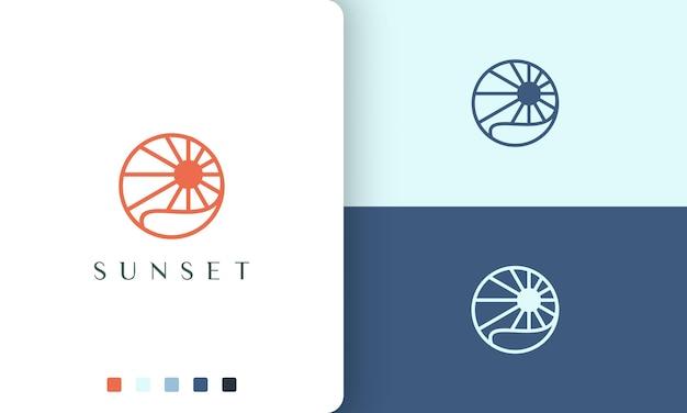 Logo słońca lub oceanu o prostym i nowoczesnym kształcie koła