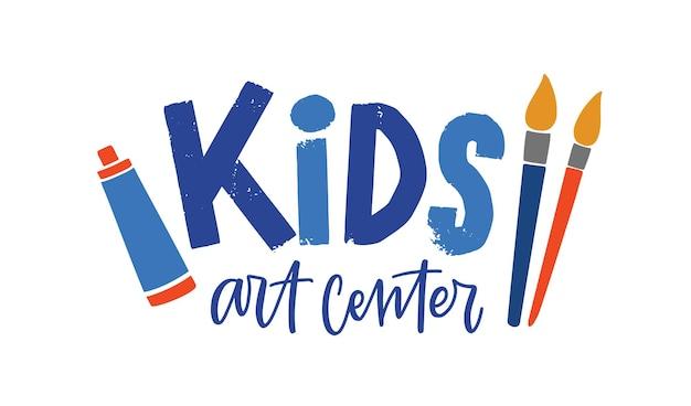 Logo wektor płaskie centrum sztuki dla dzieci. etykieta kreatywne studio rozwoju dzieci. kolorowy napis i materiały malarskie na białym tle. stylowy projekt godła centrum sztuki.