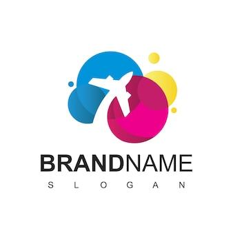 Logo wycieczki i podróży z kolorowym symbolem samolotu