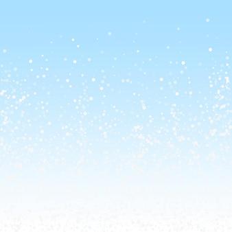 Losowe białe kropki boże narodzenie tło. subtelne latające płatki śniegu i gwiazdy na tle zimowego nieba. niesamowity zimowy szablon nakładki srebrnego płatka śniegu. żywa ilustracja wektorowa.