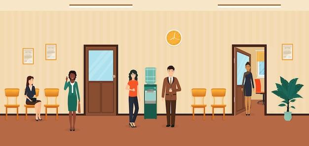 Ludzi biznesu stojących na korytarzu biura. sytuacja w pracy z pracownikami płci męskiej i żeńskiej. hala biurowa z drzwiami, chłodnia i roślinami.