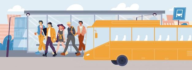 Ludzie bez maski wysiadają z autobusu na przystanku transportowym