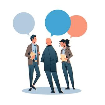 Ludzie biznesu czat komunikują się za pomocą bańki