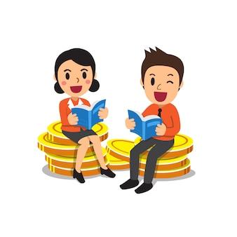 Ludzie biznesu czyta książki na stosie dużych monet pieniędzy