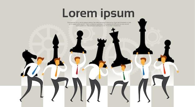 Ludzie biznesu drużyny trzymają szachy liczb strategii pojęcie