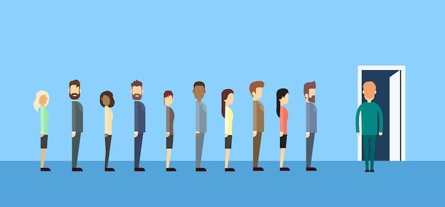 Ludzie biznesu grup siedzi w linii kolejki drzwi
