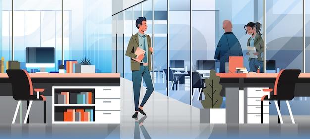 Ludzie biznesu komunikują się w biurze transparent