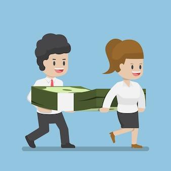 Ludzie biznesu przewożący stos dolarów pieniędzy, koncepcja sukcesu firmy