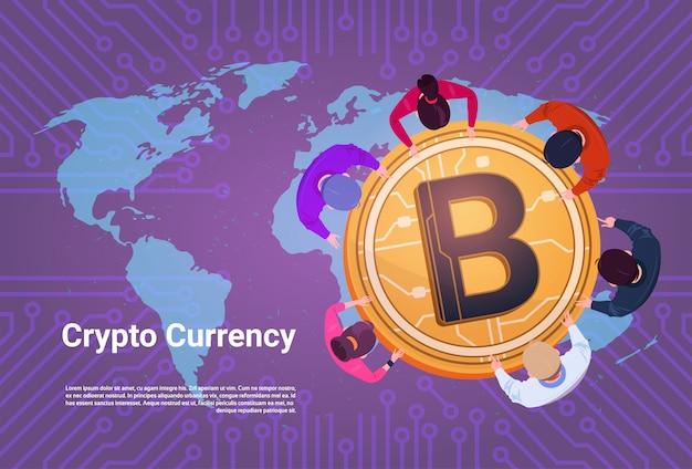 Ludzie biznesu siedzą przy złotym bitcoin podpisują światowej mapy tło odgórnego kąta widoku crypto waluty pojęcie