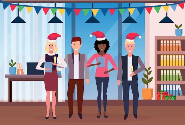 Ludzie biznesu świętuje boże narodzenie w biurze