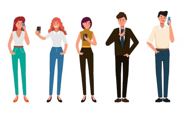 Ludzie biznesu używają telefonu komórkowego do komunikacji w sieciach społecznościowych.