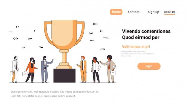 Ludzie biznesu w pobliżu złotego trofeum pucharu pierwsze miejsce zwycięzca koncepcja udanej pracy zespołowej numer jeden zwycięstwo strategii poziomej