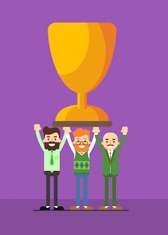 Ludzie biznesu z trofeum zwycięzcy