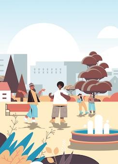 Ludzie chodzą po parku miejskim brak strefy telefonu komórkowego detoks cyfrowa koncepcja przyjaciele spędzają razem czas