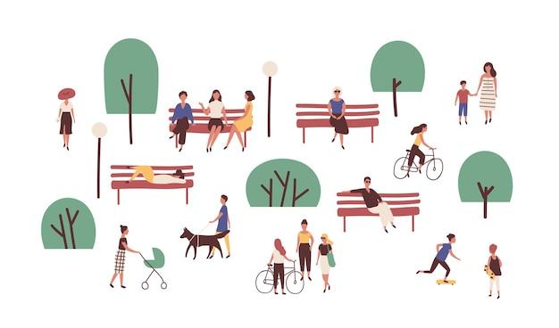 Ludzie chodzą, siedzą na ławkach, jeżdżą na deskorolce i jeżdżą na rowerze na świeżym powietrzu. śliczni zabawni mężczyźni i kobiety wykonujące zajęcia rekreacyjne i sportowe w parku. ilustracja wektorowa kolorowy płaski kreskówka.