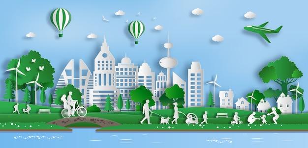 Ludzie cieszą się świeżym powietrzem w parku w zielonym mieście.