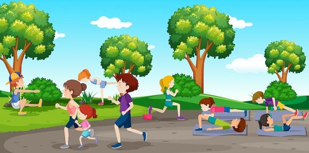 Ludzie ćwiczący w parku