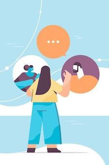 Ludzie czatują w komunikatorze lub w sieci społecznościowej czat bańka komunikacja online komunikatory internetowe lub koncepcja wymiany informacji pionowa ilustracja wektorowa