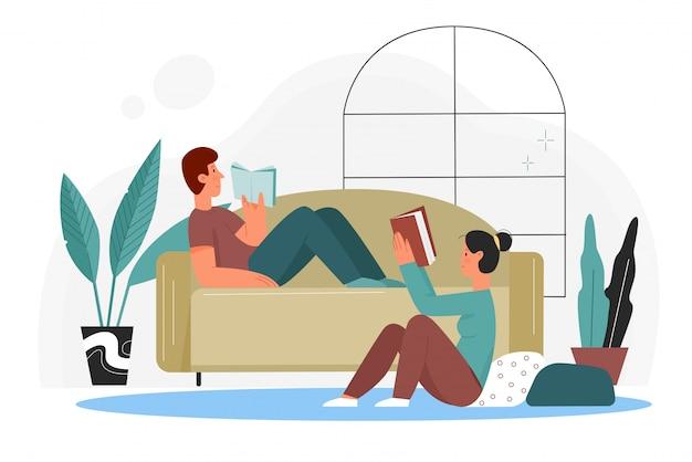Ludzie czytają książki w domu ilustracji. kreskówka płaska para miłośników książek czytająca książki z biblioteki lub księgarni, siedząca na podłodze i leżąca na kanapie w domu na białym tle wnętrze salonu