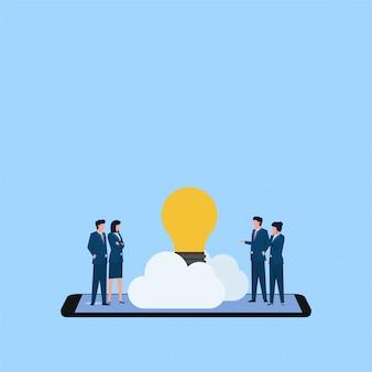 Ludzie dyskutują i znajdują pomysł w chmurze nad telefoniczną metaforą internetowej referencji. biznesowa płaska pojęcie ilustracja.