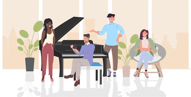 Ludzie dyskutują podczas spotkania mix wyścig mężczyźni kobiety spędzają czas razem komunikacja relaksacja koncepcja nowoczesny salon wnętrze poziomej pełnej długości