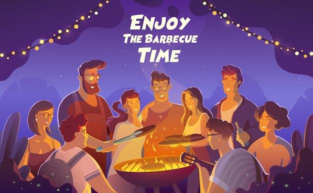 Ludzie i karmowy pojęcie - szczęśliwi przyjaciele ma mięso dla gościa restauracji przy lata ogrodowym przyjęciem przy nocą.