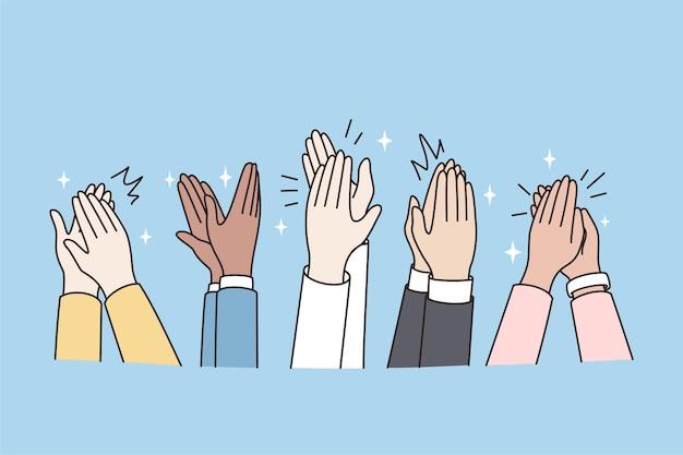Ludzie klaszczą w dłonie, pokazują uznanie po występie