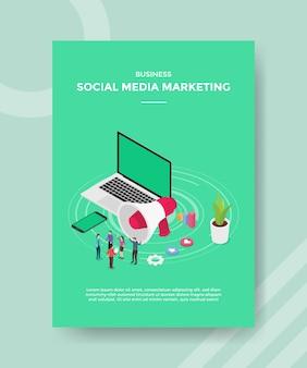 Ludzie marketingu w mediach społecznościowych prowadzą kampanię biznesową na smartfonie laptopa